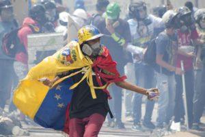 (170722) -- CARACAS, julio 22, 2017 (Xinhua) -- Un manifestante participa durante un enfrentamiento con miembros de las fuerzas de seguridad, en una protesta de opositores al Gobierno venezolano en Caracas, Venezuela, el 22 de julio de 2017. De acuerdo con información de la prensa local, manifestantes intentaron marchar el sábado hacia el Tribunal Supremo de Justicia (TSJ) en apoyo a los magistrados designados el viernes por la Asamblea Nacional (AN), durante una protesta convocada por la Mesa de la Unidad Democrática (MUD). (Xinhua/Str) (bv) (ma) (fnc)