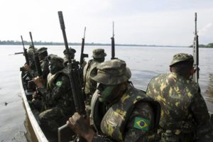 epa05731622 Brazilian soldiers ride a boat during a security exercise in the frame of the fight against drug and arms trafficking, in River Apores, close to Bittencourt Village, Amazon, Brazil, in the border with Colombia, 18 January 2017 (Issued 19 January 2017). EPA/JOEDSON ALVES