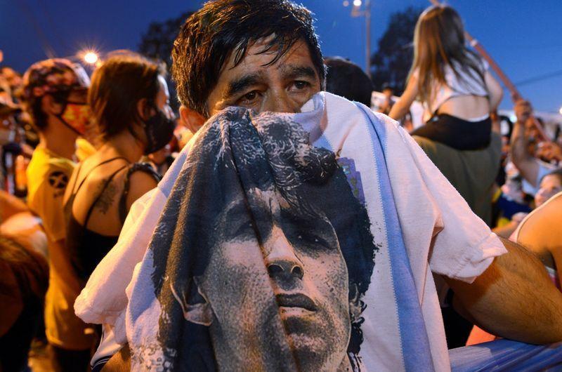Varias personas lloran por la muerte de la leyenda del fútbol Diego Armando Maradona fuera del centro médico legal donde fue enviado su cuerpo en Buenos Aires. MIércoles 25 noviembre, 2020. REUTERS/Magali Druscovich